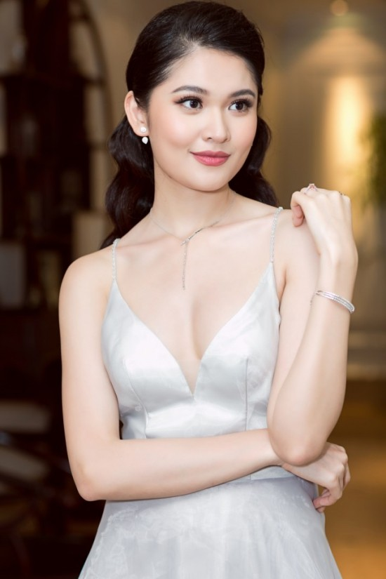 Bắt chước phong cách công chúa của Hương Giang, á hậu Thùy Dung vẫn dưới cơ đàn chị dù diện trang sức 200 triệu - Ảnh 3.