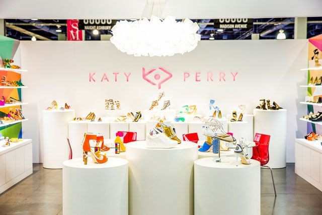 Có gì thú vị mà đôi sandals nhựa trong của Katy Perry lại có giá hơn 1 triệu đồng - Ảnh 2.