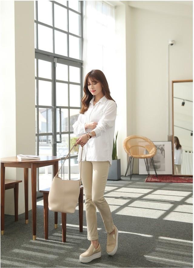 Sơmi trắng đơn giản là vậy, nhưng có tới tận 15 cách kết hợp giúp bạn mặc cả tuần không chán - Ảnh 6.