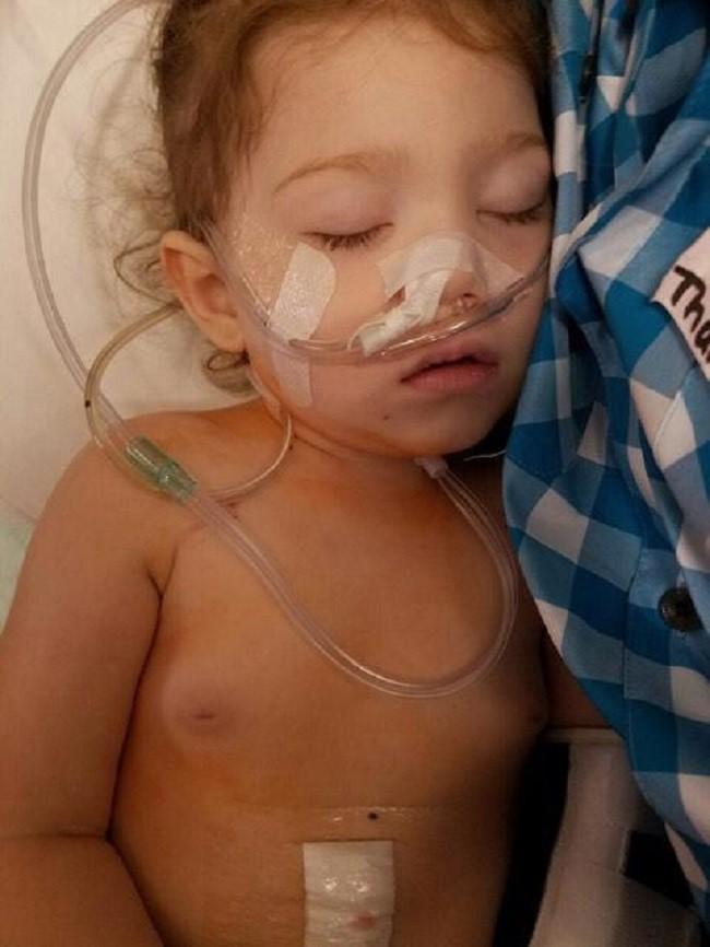 Thấy con gái mới 2 tuổi đã dậy thì, bà mẹ hốt hoảng đưa con đến gặp bác sĩ và không ngờ đó là dấu hiệu cứu con khỏi tay tử thần - Ảnh 3.