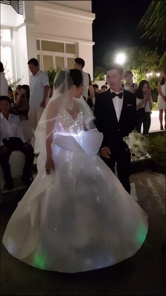 Cô dâu Bến Tre chịu chơi chi 200 triệu diện váy cưới phát sáng để lộng lẫy giống công chúa trong đám cưới - Ảnh 4.