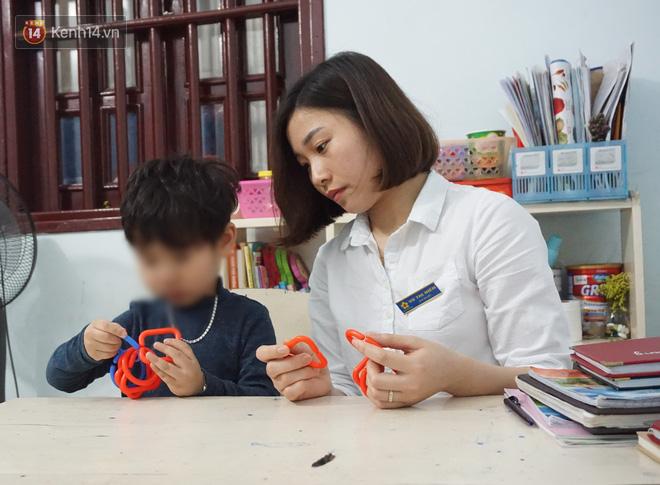 Hành trình đẫm nước mắt của cô giáo đưa trẻ tự kỷ hòa nhập cộng đồng: Bị đánh, cắn đến chảy máu là chuyện thường - Ảnh 2.