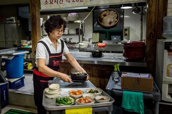 Ngày hè nóng nực nhưng người Hàn Quốc vẫn chuộng món ăn nóng hổi này bởi lý do ít ai đoán được - Ảnh 4.