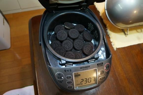 Cười nhạo người bạn cho bánh quy socola vào nồi cơm điện, ăn xong rồi cô gái bẽn lẽn xin thêm - Ảnh 1.