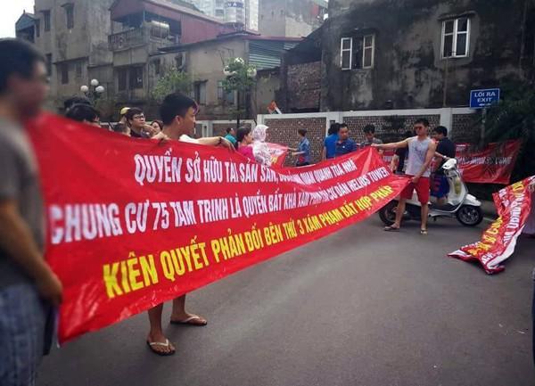 Hà Nội: Cư dân chung cư túc trực đã 20 ngày đêm, ngăn việc sử dụng đường nội bộ để thi công trường mầm non - Ảnh 1.