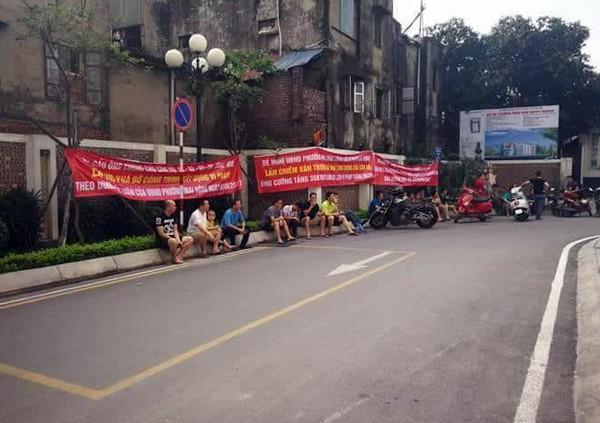 Hà Nội: Cư dân chung cư túc trực đã 20 ngày đêm, ngăn việc sử dụng đường nội bộ để thi công trường mầm non - Ảnh 2.