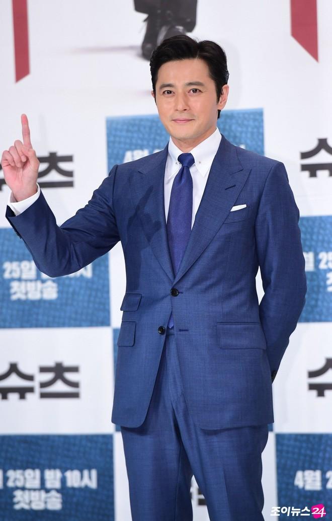 Lộ nếp nhăn tuổi tác nhưng nam thần thanh xuân Jang Dong Gun vẫn là cực phẩm nhan sắc trong ngày họp báo - Ảnh 3.