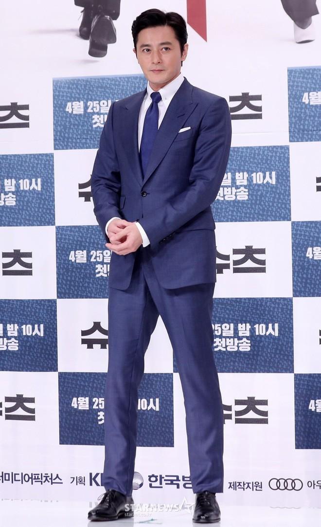 Lộ nếp nhăn tuổi tác nhưng nam thần thanh xuân Jang Dong Gun vẫn là cực phẩm nhan sắc trong ngày họp báo - Ảnh 5.