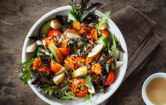 Nếu chọn ăn salad để giảm cân thì đừng bao giờ cho thêm 6 thứ này - Ảnh 1.