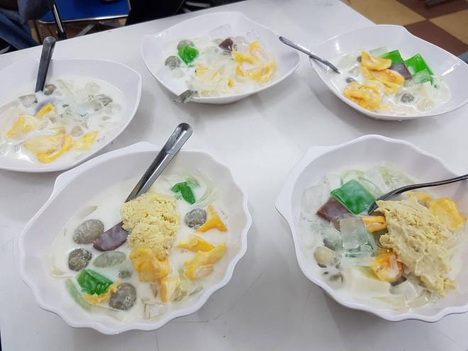 8 món ăn vặt nổi tiếng ở Đà Nẵng, số 1 sốt xình xịch ở Hà Nội, Sài Gòn - Ảnh 1.