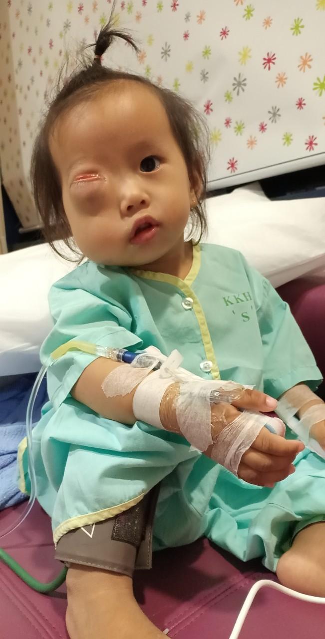 Bé gái gõ cửa 12 bệnh viện để chữa bệnh u mắt hiếm gặp đã sang Singapore tìm phép màu - Ảnh 8.