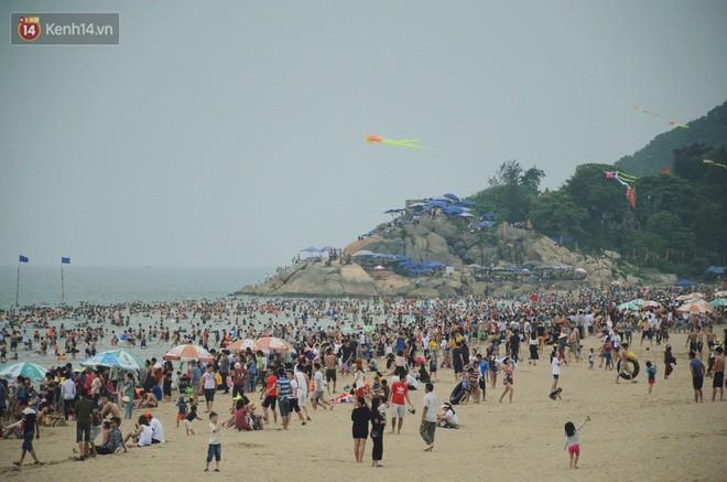 Biển người ken đặc, chen chúc trên các bãi tắm ở Sầm Sơn dịp lễ 30/4 - 1/5 - Ảnh 1.