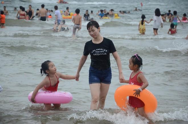 Biển người ken đặc, chen chúc trên các bãi tắm ở Sầm Sơn dịp lễ 30/4 - 1/5 - Ảnh 3.