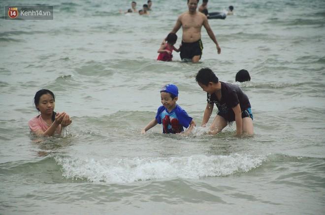 Biển người ken đặc, chen chúc trên các bãi tắm ở Sầm Sơn dịp lễ 30/4 - 1/5 - Ảnh 4.