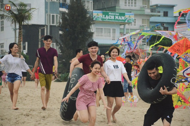Biển người ken đặc, chen chúc trên các bãi tắm ở Sầm Sơn dịp lễ 30/4 - 1/5 - Ảnh 5.
