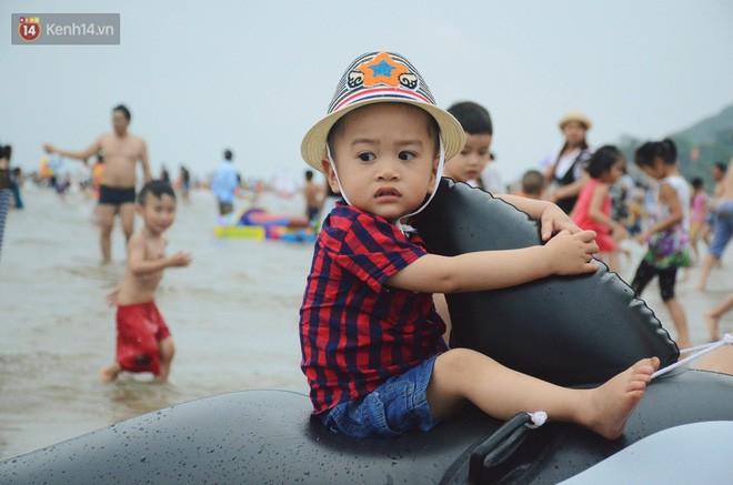 Biển người ken đặc, chen chúc trên các bãi tắm ở Sầm Sơn dịp lễ 30/4 - 1/5 - Ảnh 8.
