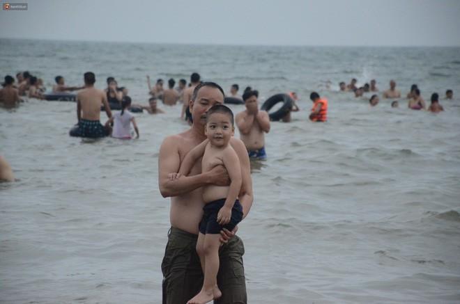 Biển người ken đặc, chen chúc trên các bãi tắm ở Sầm Sơn dịp lễ 30/4 - 1/5 - Ảnh 9.