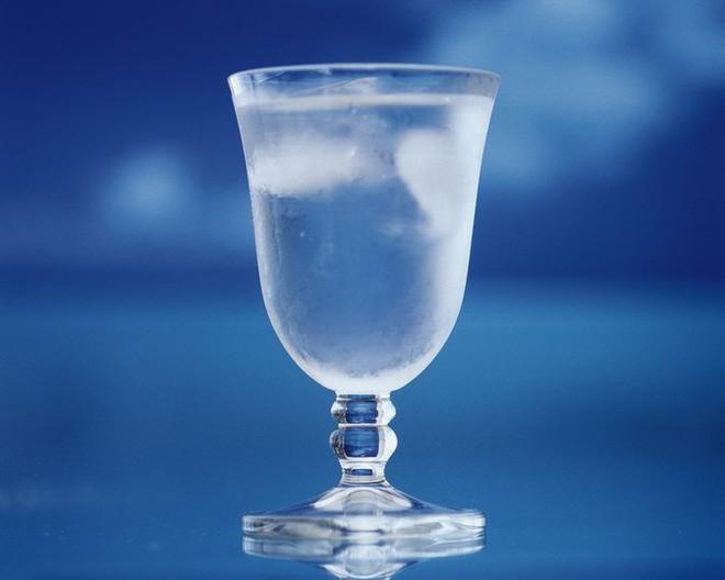 Mùa hè uống nước ấm hay nước lạnh sẽ tốt hơn: Đừng uống tùy tiện, kẻo gây hại cho sức khỏe - Ảnh 2.