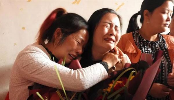 Bé gái 7 tuổi bị bắt cóc rồi đánh đập và cuộc đoàn tụ đẫm nước mắt sau 21 năm - Ảnh 1.