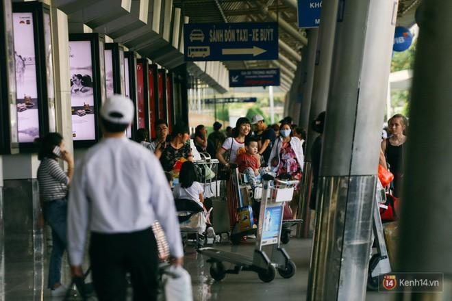 Hàng trăm hành khách trở lại Sài Gòn, chật vật đón taxi ở sân bay Tân Sơn Nhất sau kỳ nghỉ 4 ngày - Ảnh 4.