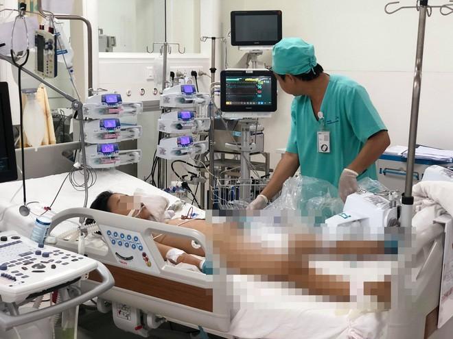 2 giờ chạy đua với tử thần, đặt ECMO cứu bé trai 9 tuổi bị viêm cơ tim bạo phát cực nặng trong gang tấc - Ảnh 1.