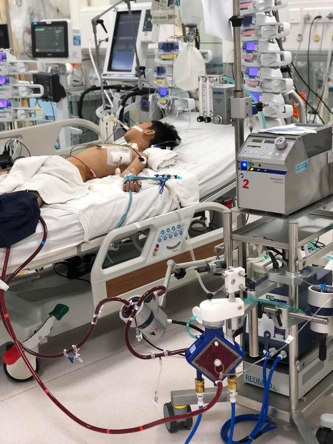 2 giờ chạy đua với tử thần, đặt ECMO cứu bé trai 9 tuổi bị viêm cơ tim bạo phát cực nặng trong gang tấc - Ảnh 2.