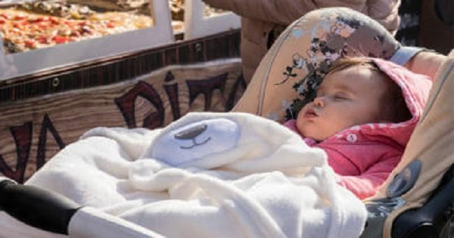Che kín xe đẩy cho con khi đưa bé ra ngoài, bố mẹ có thể hại chết con mà không biết - Ảnh 1.