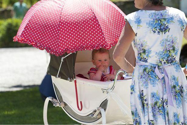 Che kín xe đẩy cho con khi đưa bé ra ngoài, bố mẹ có thể hại chết con mà không biết - Ảnh 4.
