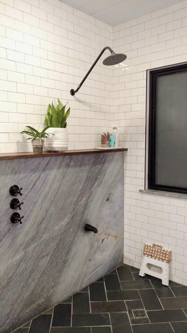 Mua căn nhà bỏ hoang 30 năm, cô gái tự tay cải tạo phòng tắm đẹp đến ngỡ ngàng - Ảnh 3.