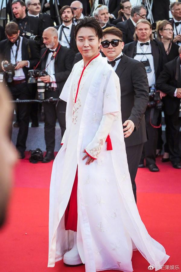 Quốc bảo Trung Quốc 3 lần bị bảo vệ đuổi khỏi thảm đỏ Cannes vẫn lì lợm ở lại - Ảnh 1.