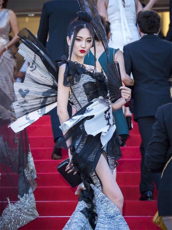 Những lần náo loạn thảm đỏ Cannes của sao Hoa ngữ: Từ mỹ nhân hạng A đến người đẹp vô danh chiêu trò đủ kiểu khiến truyền thông ngao ngán - Ảnh 19.