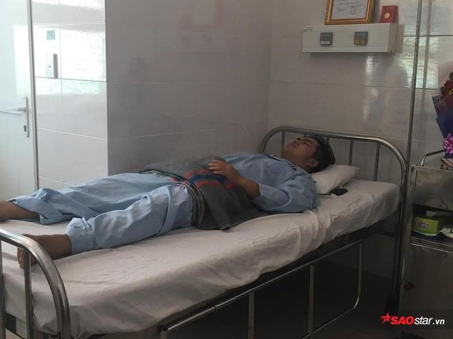 2 nam sinh trọng thương khi bắt cướp ở Sài Gòn: Chỉ biết khóc khi nhìn thấy di ảnh các anh qua điện thoại - Ảnh 4.