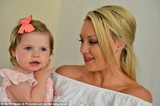 Bức ảnh cứu sống cô bé 2 tuổi khỏi căn bệnh ung thư mắt nhờ chớp được ánh sáng lạ trong mắt - Ảnh 3.