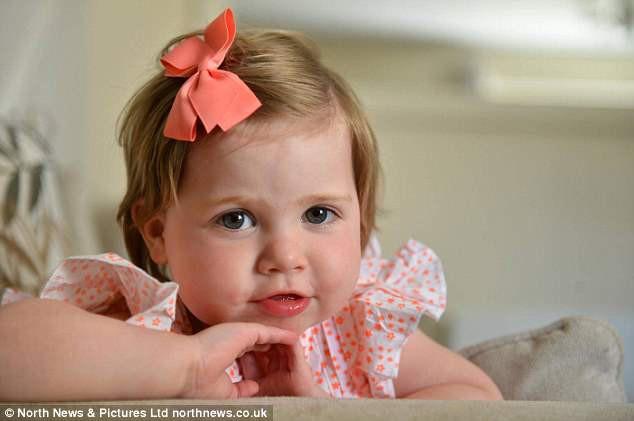 Bức ảnh cứu sống cô bé 2 tuổi khỏi căn bệnh ung thư mắt nhờ chớp được ánh sáng lạ trong mắt - Ảnh 2.