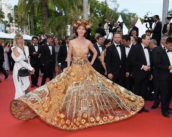 Gần ngày bế mạc nhưng thảm đỏ Cannes vẫn tiếp tục những màn khoe ngực, chơi trội bằng váy áo cồng kềnh, tóc búi rơm - Ảnh 1.