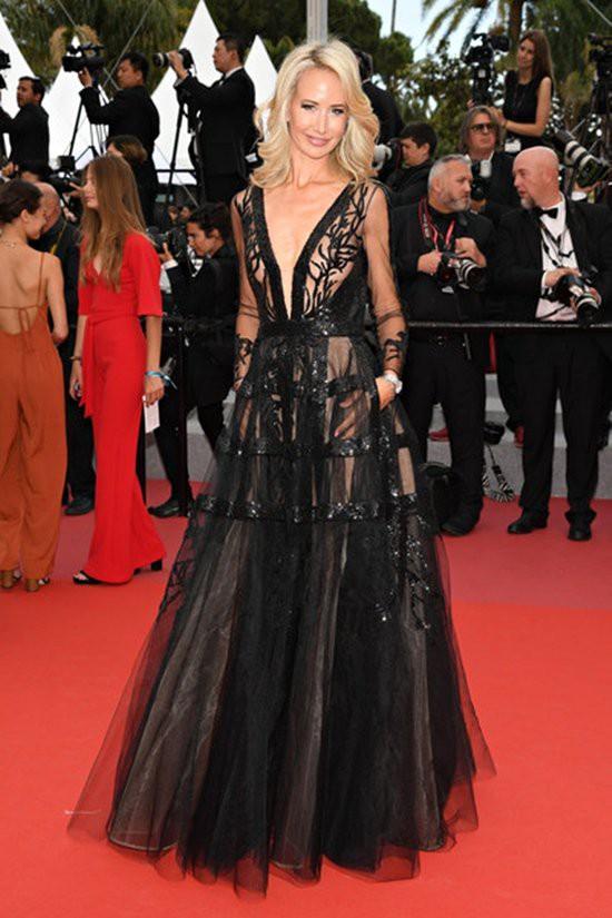 Gần ngày bế mạc nhưng thảm đỏ Cannes vẫn tiếp tục những màn khoe ngực, chơi trội bằng váy áo cồng kềnh, tóc búi rơm - Ảnh 7.