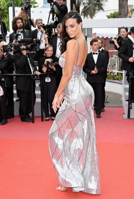 Gần ngày bế mạc nhưng thảm đỏ Cannes vẫn tiếp tục những màn khoe ngực, chơi trội bằng váy áo cồng kềnh, tóc búi rơm - Ảnh 8.