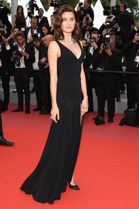 Gần ngày bế mạc nhưng thảm đỏ Cannes vẫn tiếp tục những màn khoe ngực, chơi trội bằng váy áo cồng kềnh, tóc búi rơm - Ảnh 9.