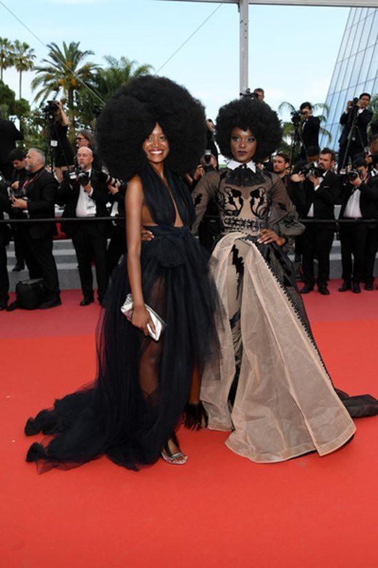Gần ngày bế mạc nhưng thảm đỏ Cannes vẫn tiếp tục những màn khoe ngực, chơi trội bằng váy áo cồng kềnh, tóc búi rơm - Ảnh 2.