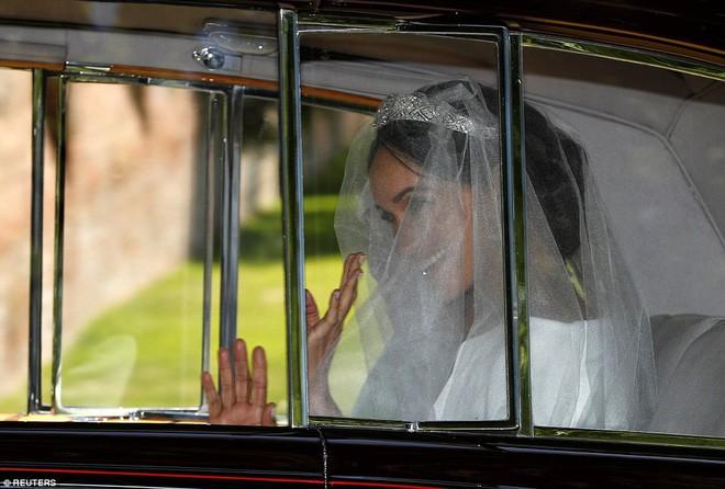 Đám cưới hoàng gia Anh: Hôn lễ kết thúc, cô dâu chú rể trao nhau nụ hôn ngọt ngào trước toàn thể mọi người - Ảnh 26.