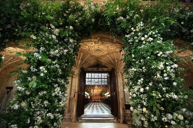 Đám cưới hoàng gia Anh: Hôn lễ kết thúc, cô dâu chú rể trao nhau nụ hôn ngọt ngào trước toàn thể mọi người - Ảnh 2.