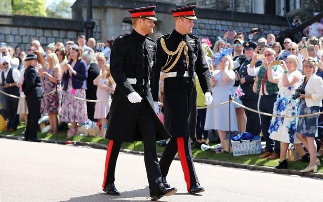 Đám cưới hoàng gia Anh: Hôn lễ kết thúc, cô dâu chú rể trao nhau nụ hôn ngọt ngào trước toàn thể mọi người - Ảnh 32.