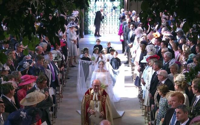 Đám cưới hoàng gia Anh: Hôn lễ kết thúc, cô dâu chú rể trao nhau nụ hôn ngọt ngào trước toàn thể mọi người - Ảnh 35.