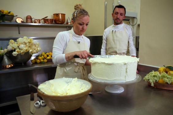 """Đây rồi: Hình ảnh chiếc bánh cưới Hoàng gia vốn được giữ """"tuyệt mật"""" giờ đã lộ diện đẹp mê mẩn thế này - Ảnh 5."""