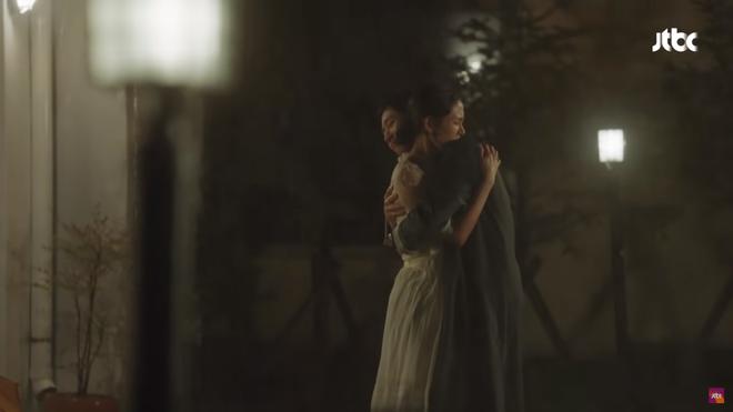 Qua 16 tập phim, thứ đọng lại duy nhất trong lòng khán giả Chị đẹp chỉ có... ôm và hôn - Ảnh 1.