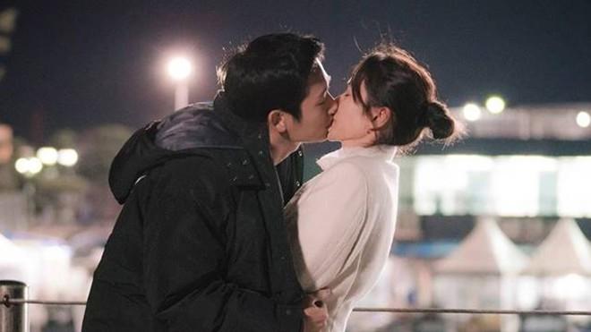 Qua 16 tập phim, thứ đọng lại duy nhất trong lòng khán giả Chị đẹp chỉ có... ôm và hôn - Ảnh 3.