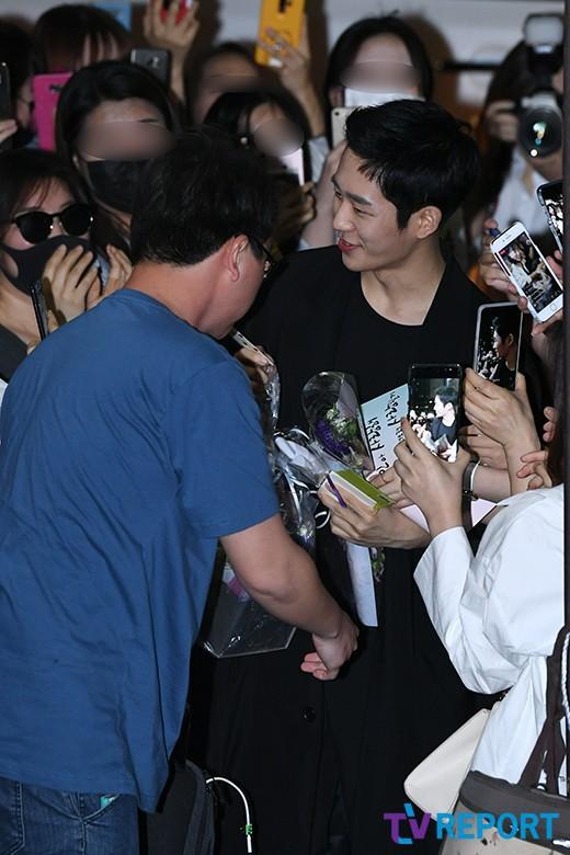 Tiệc mừng công phim Chị đẹp: Jung Hae In bị biển fan vây kín, Son Ye Jin đẹp bất chấp giữa dàn sao - Ảnh 1.