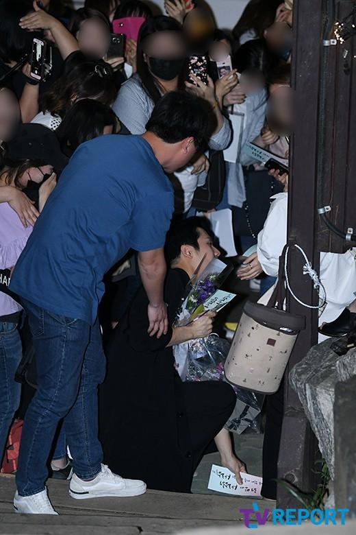 Tiệc mừng công phim Chị đẹp: Jung Hae In bị biển fan vây kín, Son Ye Jin đẹp bất chấp giữa dàn sao - Ảnh 2.