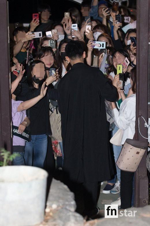 Tiệc mừng công phim Chị đẹp: Jung Hae In bị biển fan vây kín, Son Ye Jin đẹp bất chấp giữa dàn sao - Ảnh 3.