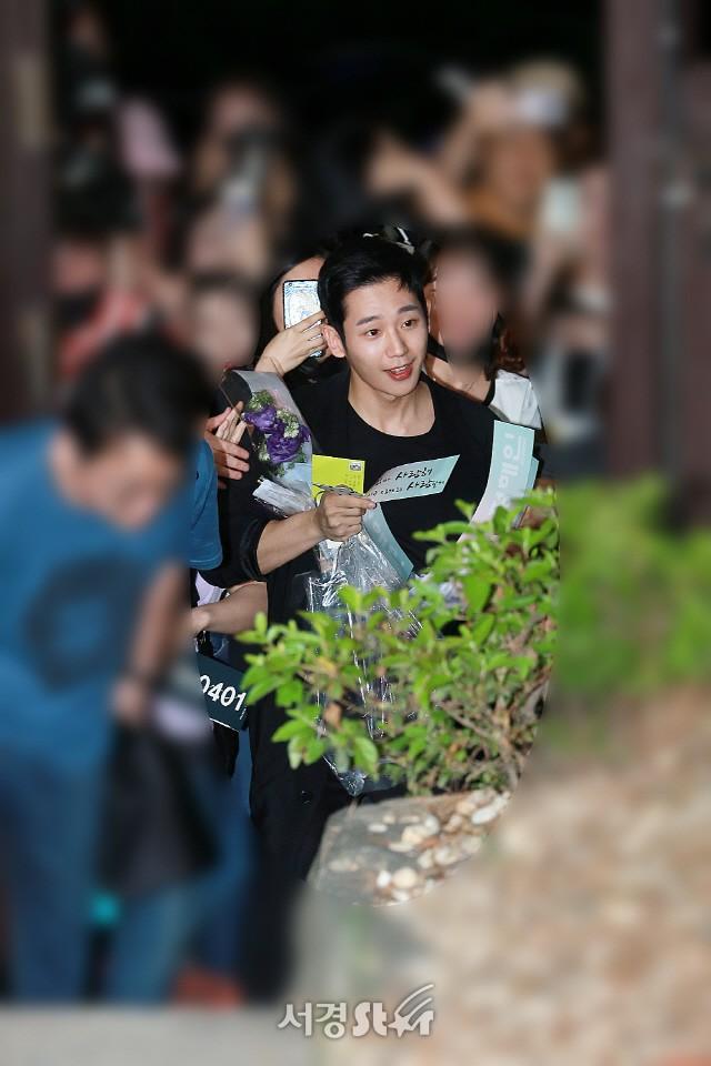 Tiệc mừng công phim Chị đẹp: Jung Hae In bị biển fan vây kín, Son Ye Jin đẹp bất chấp giữa dàn sao - Ảnh 4.